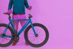 Retro rocznika rower w Pastelowego koloru tle Fotografia Royalty Free