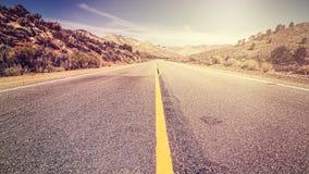 Retro rocznika stylu niekończący się wiejska droga, usa Fotografia Stock