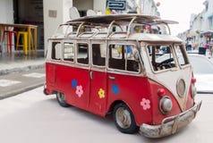 Retro Rode en Witte Reizende Bestelwagen Stock Afbeelding