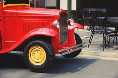 Retro Rode Vrachtwagen herstelde oude glanzende dichte omhooggaand stock fotografie