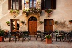 Retro romantisk restaurang, kafé i en liten italiensk stad italy tappning Royaltyfri Foto
