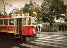 Retro- rote Tram auf den Straßen von Prag Stockfoto