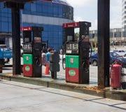Retro- Rote und geen Tankstelle nahe der Fahrbahn und dem Uferdamm Mal Stockfoto