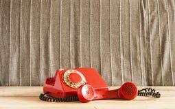 Retro roterende telefoon op houten lijst Stock Afbeelding
