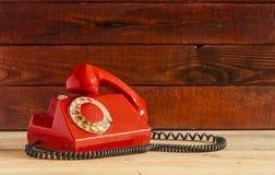 Retro roterende telefoon op houten lijst Royalty-vrije Stock Afbeelding