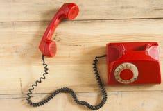 Retro roterende telefoon op houten lijst Stock Foto's