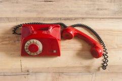 Retro roterende telefoon op houten lijst Royalty-vrije Stock Fotografie