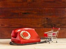 Retro roterende telefoon op houten lijst Royalty-vrije Stock Foto's