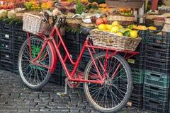 Retro- rotes Fahrrad Lizenzfreies Stockfoto