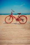 Retro- rotes Fahrrad auf schönem Strandhintergrund lizenzfreie stockfotos