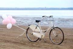 Retro rower na plaży z balonami Zdjęcie Stock