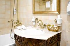 Retro rubinetto in bronzo nel bagno dell'hotel Fotografia Stock