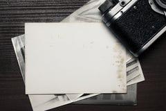 Retro- ruhige Kamera und einige alte Fotos Stockfotografie