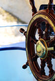 Retro ruota di legno della nave al mare Immagini Stock Libere da Diritti