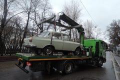 Retro Russische auto op enacuator Stock Afbeelding