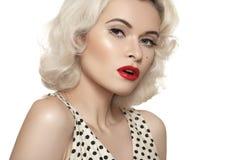 Retro- 50s. Altmodisches sexy Stift-obenmodell, rote Lippen richten, blonde gelockte Frisur her Stockfoto