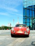 Retro- Sammlung Peking nach Paris 2013, Kharkov, rotes Auto Lizenzfreie Stockfotos