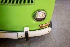 Retro samochód dostawczy w jasnozielonym koloru parking na popielatym dywanie obraz royalty free