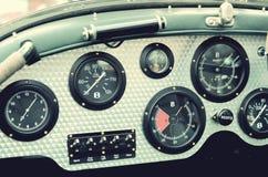 Retro samochodowa deska rozdzielcza z wymiernikami Zdjęcia Stock