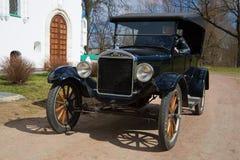 Retro samochodowy ` Ford T ` zakończenie na pogodnym Maja dniu Fotografia Royalty Free