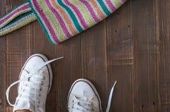 Retro scarpe da tennis lasciate sul pavimento di legno Immagini Stock