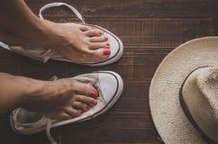 Retro scarpe da tennis lasciate sul pavimento di legno Immagine Stock