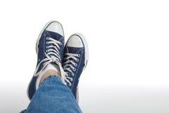 Retro scarpe da tennis su una priorità bassa bianca Fotografia Stock