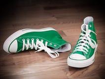 Retro scarpe da tennis verdi Grungy Fotografia Stock Libera da Diritti