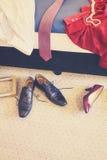 Retro scarpe e vestiti tonificati nel disordine in una camera di albergo Immagini Stock Libere da Diritti