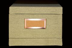 Retro scatola cachi leggera di archivio-stoccaggio coperta di tessuto del tweed con l'etichetta in bianco nel telaio di rame immagine stock libera da diritti