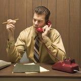 Retro scena di affari dell'uomo allo scrittorio. immagine stock libera da diritti