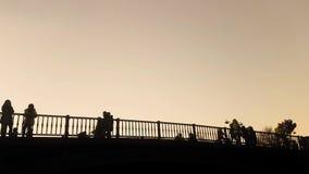 Retro sceniczny ludzie trawersowego mostu Trikala w Grecja Sławny turystyczny miejsce przeznaczenia zbiory