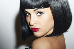 Retro- schönes Mädchen des Brunette Woman.bob Haircut.red lips.beauty lizenzfreies stockfoto