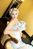 Retro- schönes Mädchen mit einem Blumenstrauß Stockfoto
