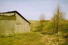 Retro- Scheune irgendwo im russischen Dorf Lizenzfreies Stockfoto