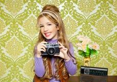 Retro- Schießen des kleinen Mädchens der Hüfte auf Weinlesekamera Stockfotos