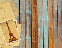 Retro- Schmutzkarten mit Markstein von Paris auf hölzernen Planken Lizenzfreie Stockfotos