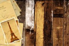 Retro- Schmutzkarten mit Marksteinen von Paris auf hölzernen Planken Lizenzfreies Stockbild