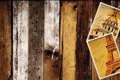 Retro- Schmutzkarten mit Marksteinen von Paris auf hölzernen Planken Stockbild
