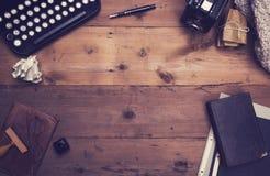 Retro- Schreibmaschinenschreibtisch-Heldtitel Lizenzfreie Stockfotos