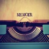 Retro schrijfmachine en woordgedenkschrift met het wordt geschreven die stock foto