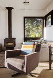 Retro sedia d'annata classica del recliner del salotto nella casa di spiaggia 70s Immagine Stock