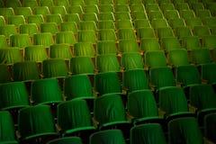 Retro sedili della disposizione dei posti a sedere del cinema del teatro del pubblico d'annata di film, verde di 50s 60s, nessuno Immagini Stock