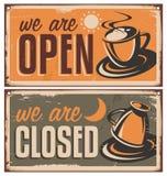 Retro segni della porta per la barra del caffè o della caffetteria Fotografia Stock