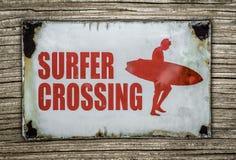Retro segno dell'incrocio del surfista su fondo di legno Fotografia Stock Libera da Diritti