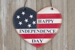 Retro segno felice di festa dell'indipendenza su legno stagionato Fotografia Stock