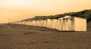 Retro- Sepia Blick der Strandkabinen lizenzfreie stockbilder