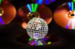 Retro sfera della discoteca con i Cd di musica Fotografia Stock