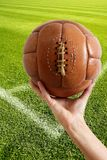 Retro sfera invecchiata del cuoio di gioco del calcio dell'annata Immagini Stock
