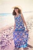 Retro sguardo degli anni 70 della spiaggia felice della donna Fotografie Stock Libere da Diritti